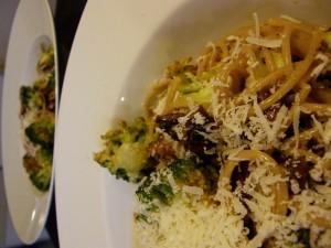 Lækker spaghetti carbonara med pølse og broccoli