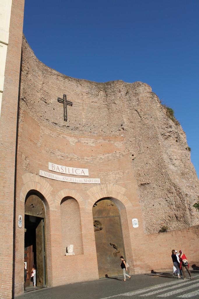 Basilica Santa Maria degli Angeli på pladsen