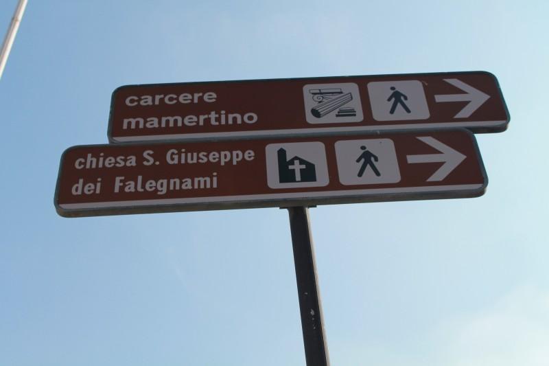 På vej til fængslet bag Vittorio Emanule monumentet