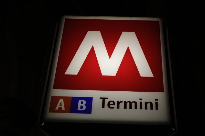 Kig efter skiltet for at finde Metroen i Rom
