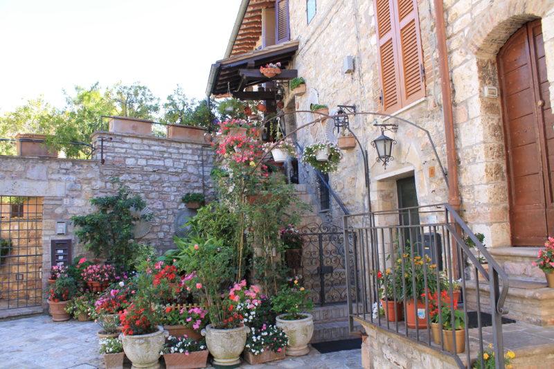 Smuk huspyntning fra gade i Assisi