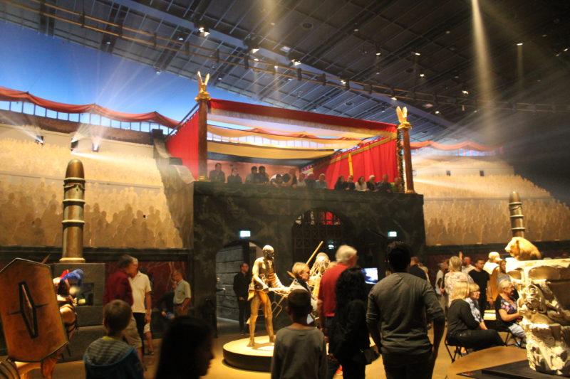 Arenaen med tilskuerpladserne og kejserens plads