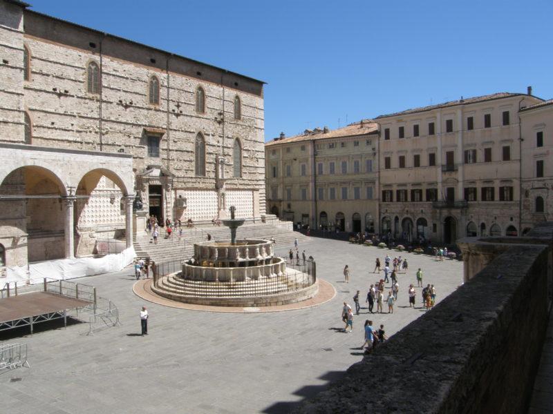 Fontana Maggiore og Cattedrale di San Lorenzo på Piazza 4. Novembre