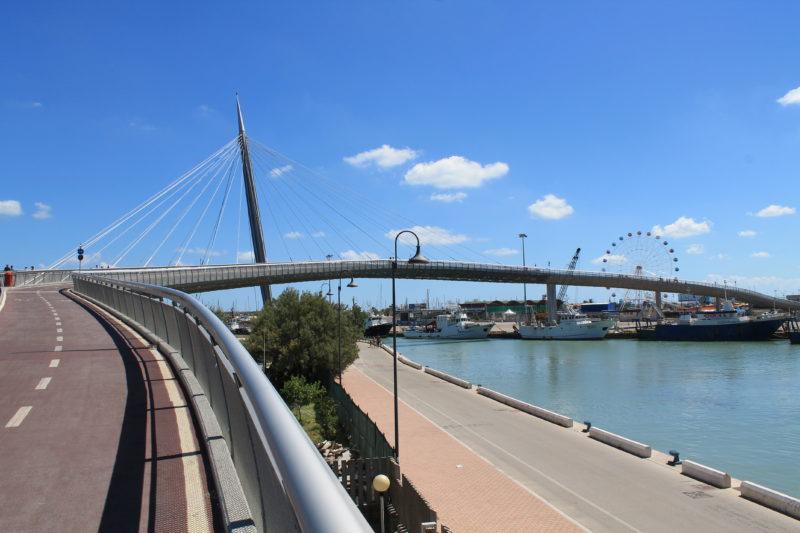 Ponte del Mare - broen over kanalen i Pescara.