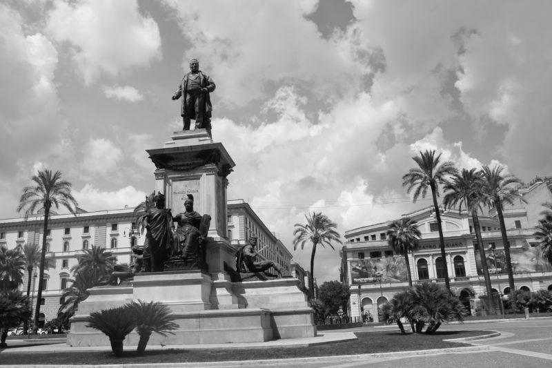Statue af Camillo Cavour midt på Piazza Cavour