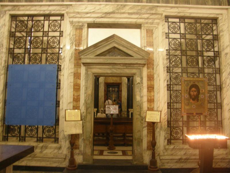 Relikviekapellet i kirkens venstre side