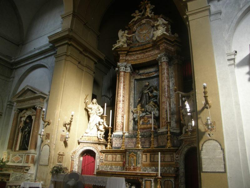 Højaltret med statuen af Den hellige Frans.