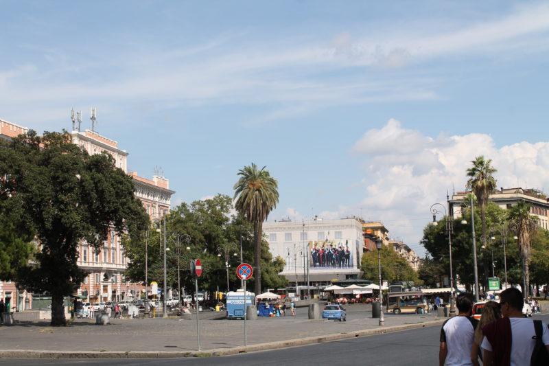 Piazza Risorgimento med de meget høje palmer