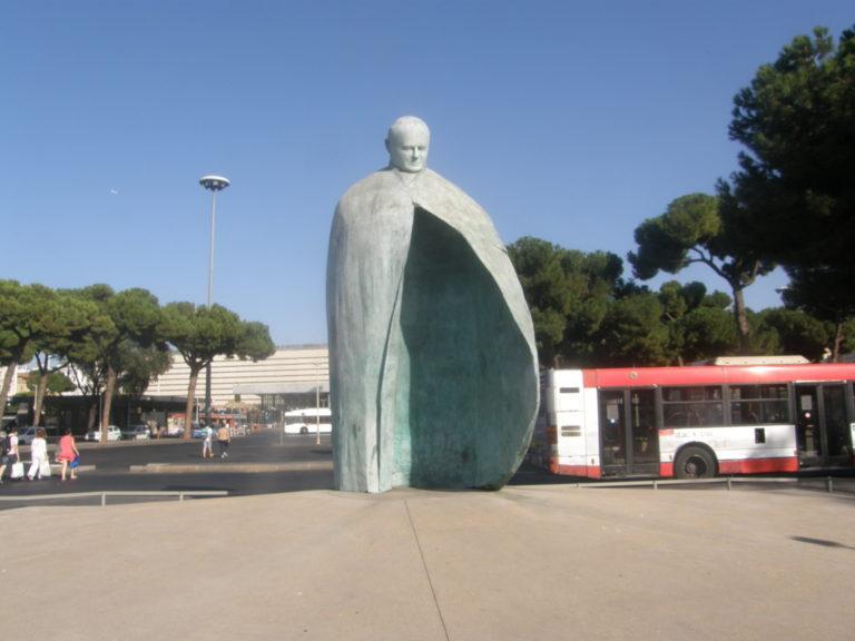 Statuen af pave Johannes Paul den II ved Termini i Rom