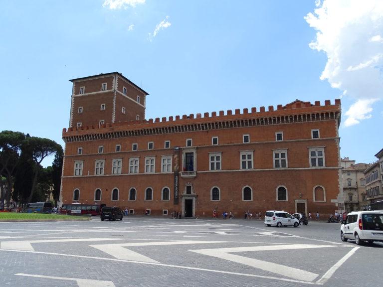Palazzo Venezia lige midt i Roms hjerte